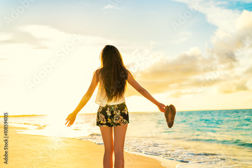 Photo  Freedom woman carefree dancing relaxing on beach in sunset