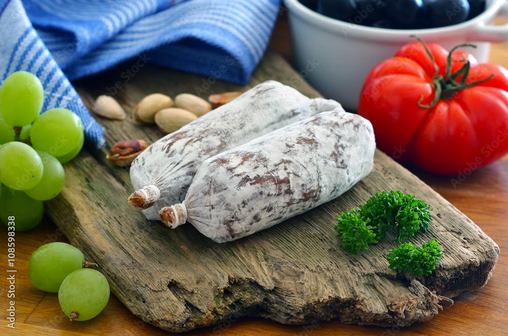 Salametti - Salami / Auf Treibholz mit Gemüse und Früchten ...