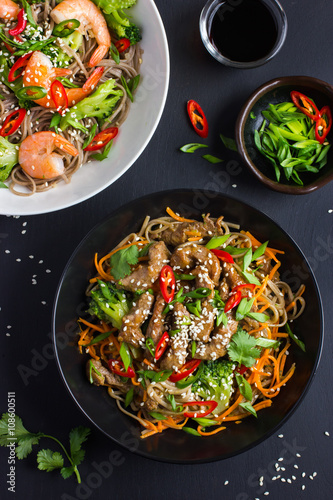 Foto  Bowl of soba noodles with beef and vegetables. Asian food.