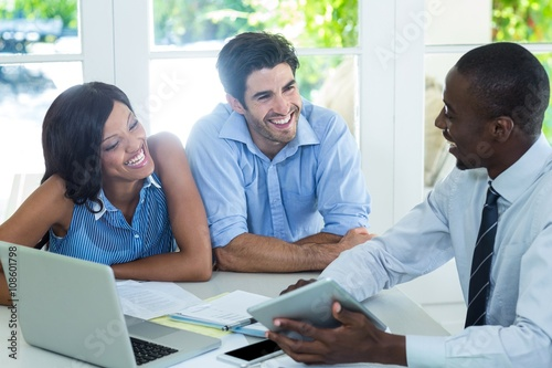 Fotografía  Couple and real estate agent discussing together