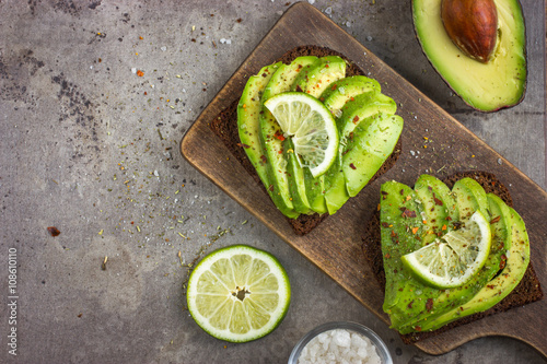 Deurstickers Voorgerecht spicy rye toasts with avocado