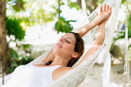 Photo  Relaxed woman napping on hammock