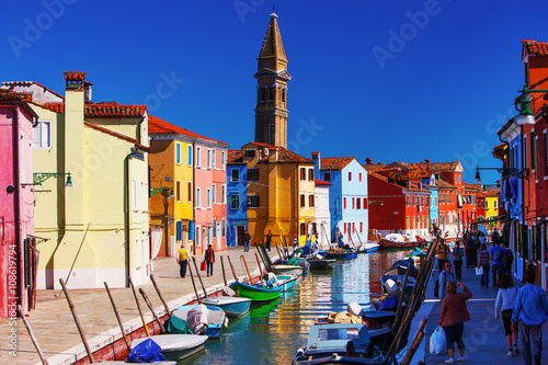 Fotomural  Bridge and canal with colorful houses on island Burano,  Italy