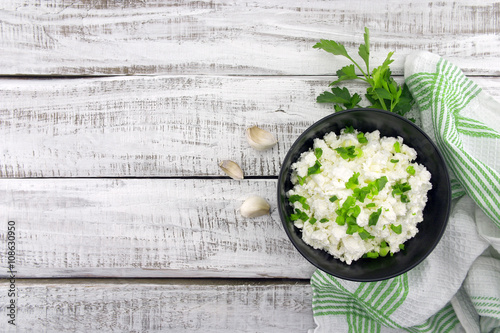 Printed kitchen splashbacks Dairy products Cottage cheese with chives in black ceramic bowl