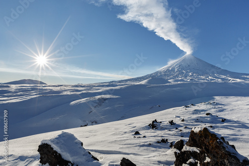 Fotomural Winter view on eruption Klyuchevskoy Volcano - active volcano of Kamchatka Penin