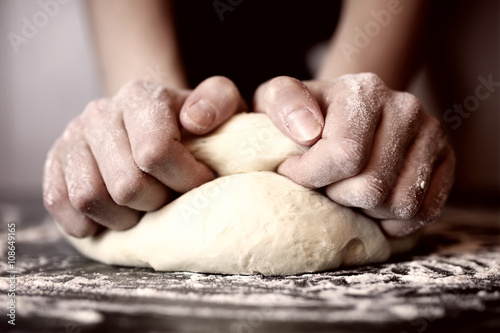 Cadres-photo bureau Pizzeria pizza prepare dough hand topping