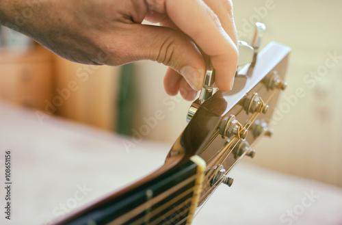 Fényképezés Tuning the guitar