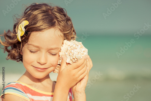 Foto  Child relaxing on the beach