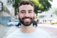 Lachender Mann Mit Bart In Der Stadt