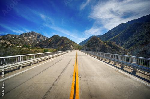 Fotografia, Obraz  Highway Bridge in California Wilderness