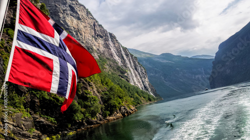 Poster Scandinavie Geiranger fjord with flag of Norway