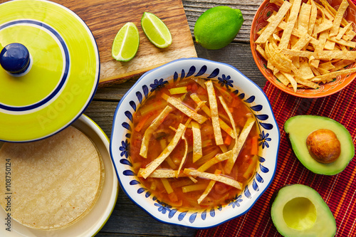 Fotomural  Mexican tortilla soup and aguacate