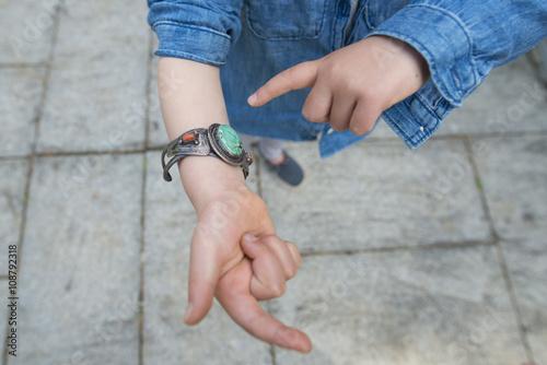 Fotografie, Obraz  ターコイズのブレスレットをつけた子供の手