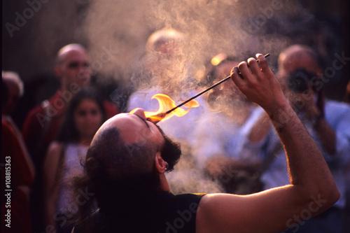 Fotografía  artisti di strada mangia fuoco fachiro