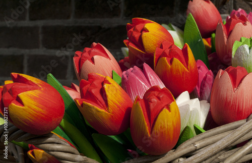 Printed kitchen splashbacks Tulip close-up van houten tulpen in een rietenmand
