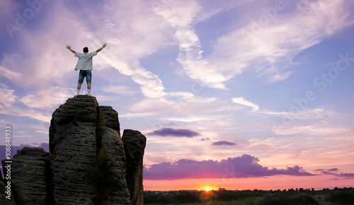 Photo  Winner man standing on the top of mountain panoramic view