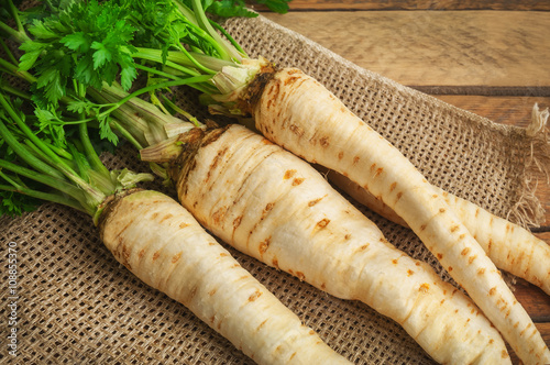 raw parsley roots