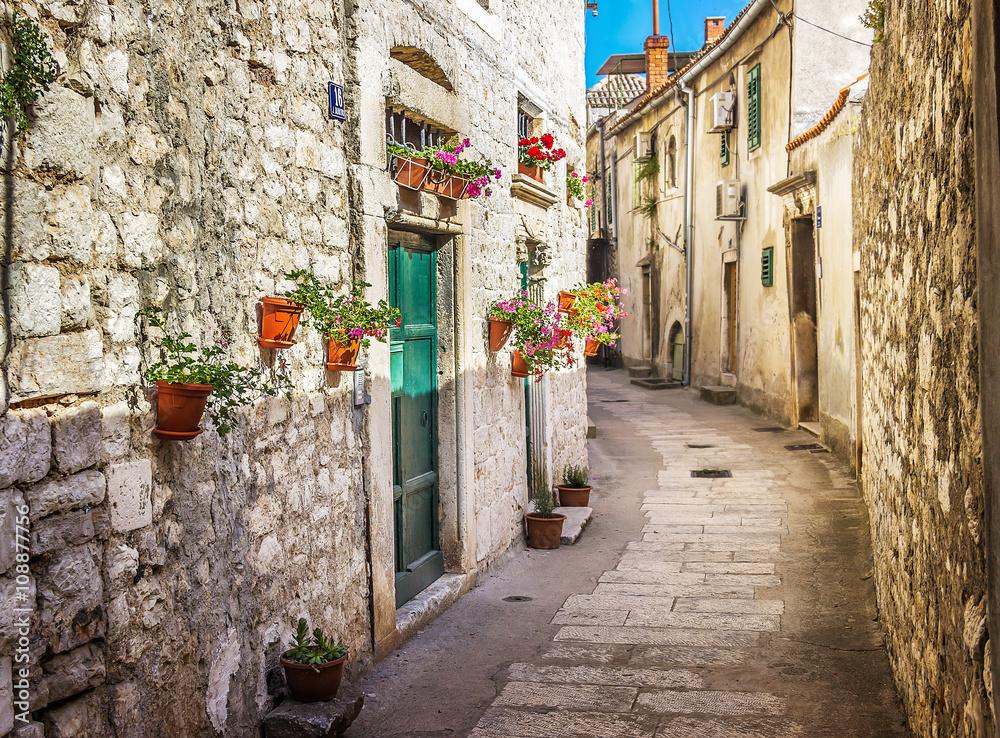 Wąska stara ulica i jard w Sibenik mieście, Chorwacja, średniowieczna strefa