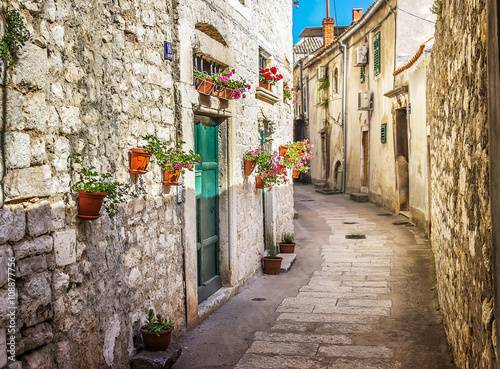 Poster Smal steegje Narrow old street and yard in Sibenik city, Croatia, medieval zone