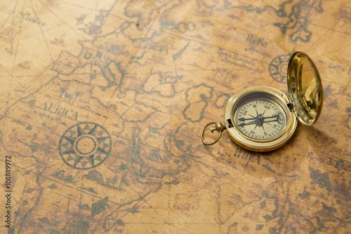 In de dag Retro old compass on vintage map