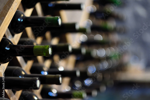Montage in der Fensternische Wein Wine bottles stacked on wooden racks