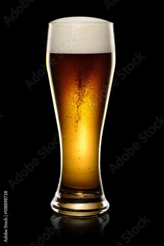 Poster  Dunkles Bier auf schwarz
