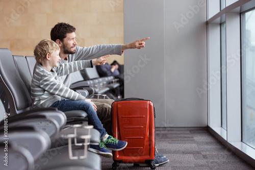 Plakat rodzina na lotnisku