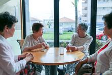 おしゃべりをしている高齢者女性