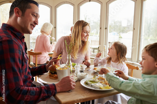 Plakat Rodzina spożywająca posiłek w restauracji razem