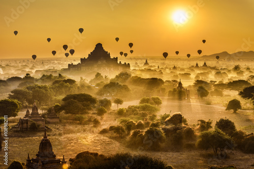 Fotografia Scenic sunrise above Bagan in Myanmar