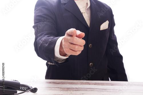 Photo Mann im Anzug,  zeigt mit Zeigefinger auf dich