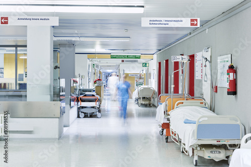 Fotografie, Obraz  Arzt Krankenhaus unscharf Flur Lift rot Bett