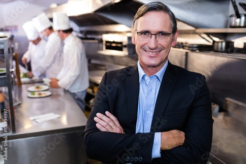 Fotografía  Male restaurant manager standing with arms crossed