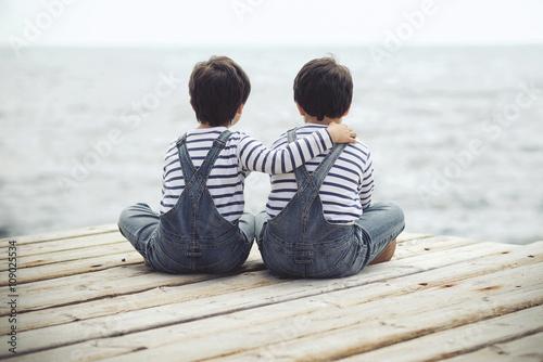 hermanos mirando el mar Canvas Print