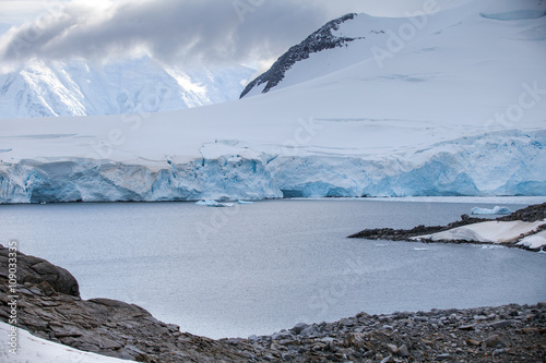 Foto op Plexiglas Arctica Landscape of the coast on ice-covered mountainous island