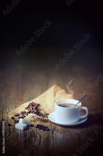 Foto auf Leinwand Kaffee tasse blanche et café sur fond noir