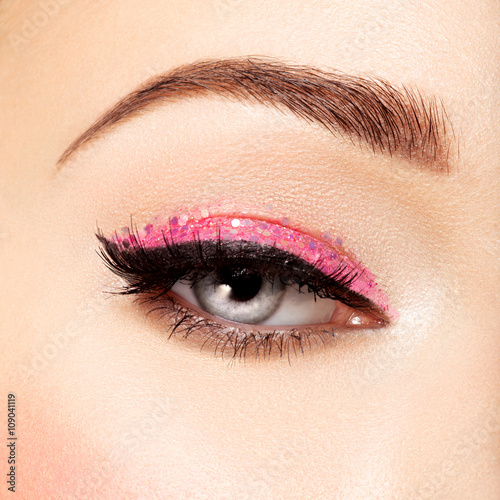 Foto op Plexiglas Beauty Woman's eye with pink eye makeup