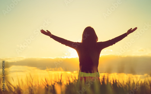 Foto  Woman feeling free in a beautiful natural setting.