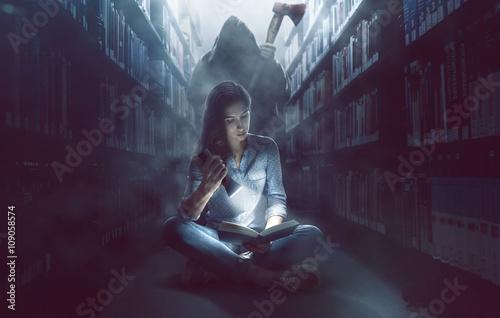 Fotografia  Frau mit lebhafter Fantasie in Bücherei