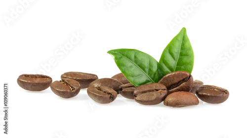 Deurstickers Cafe coffee grains with leaves isolated
