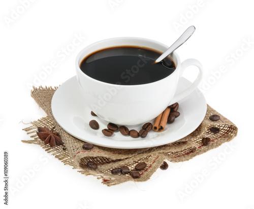 filizanka-kawy-z-podstawka-na-bialym-tle