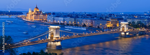 In de dag Boedapest Skyline of Budapest with Chain Bridge and Parliament Building, Hungary