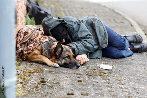 Fotografiet male homeless and his dog