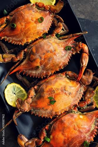 Papiers peints Steakhouse Steamed Blue crabs with lemon garnish