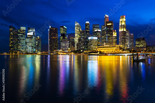 Photo  Landscape of the Singapore financial district and business buildings in lights a