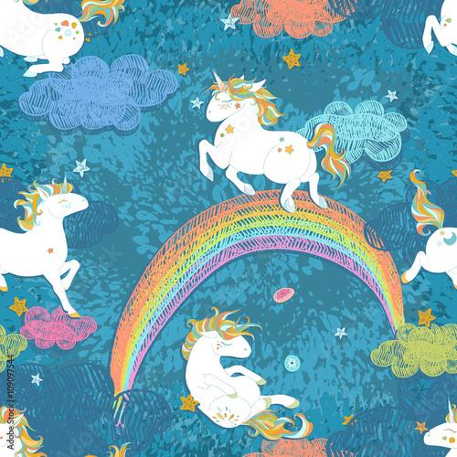 Stoffe zum Nähen Nahtlose Muster mit niedlichen Baby Einhörner. Bunte Nachthimmel mit Sternen, Regenbogen, Wolken, Freihand doodle Dekoration. Handgezeichnete Vektor-Illustration, getrennte Elemente.
