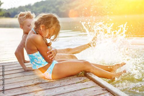 Kinder plantschen im Wasser im Sommer Canvas Print
