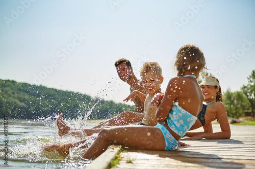 Familie am See hält Füße ins Wasser Canvas Print