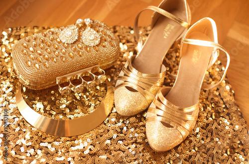 zloty-odziez-damska-i-akcesoria-modne-buty-luksusowy-je