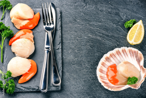 Carta da parati Raw queen scallops in sea food dinner setting. Food background